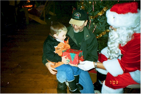ryan and santa 02.jpg (143846 bytes)